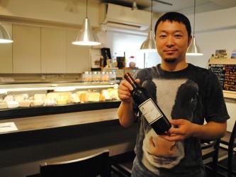 「日本のワインも日本のチーズも身体になじむんです」と柴本さん。「焼き料理が合う」というおさんぽジャージー三谷牧場のモッツァレラチーズのためだけに100万円のピザ用の石窯を購入。